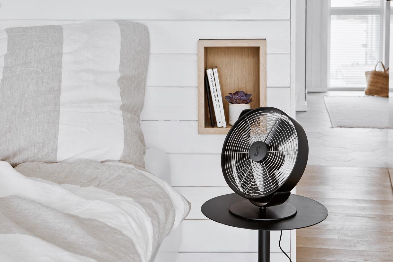 Вентилятор настольный Stadler Form Tin Black lifestyle landscape 2