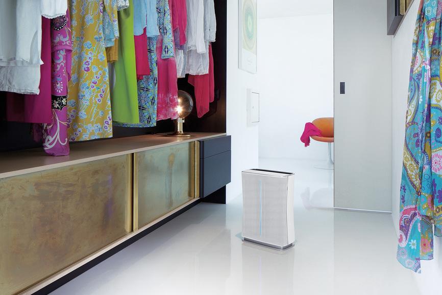 Очиститель воздуха Roger от Stadler Form в интерьере гардеробная