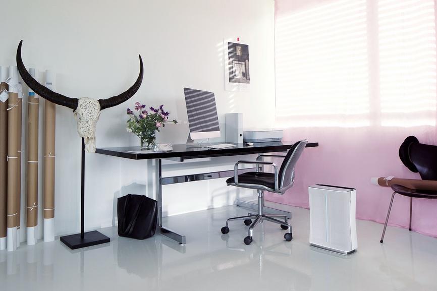 Очиститель воздуха Roger от Stadler Form в интерьере рабочего стола