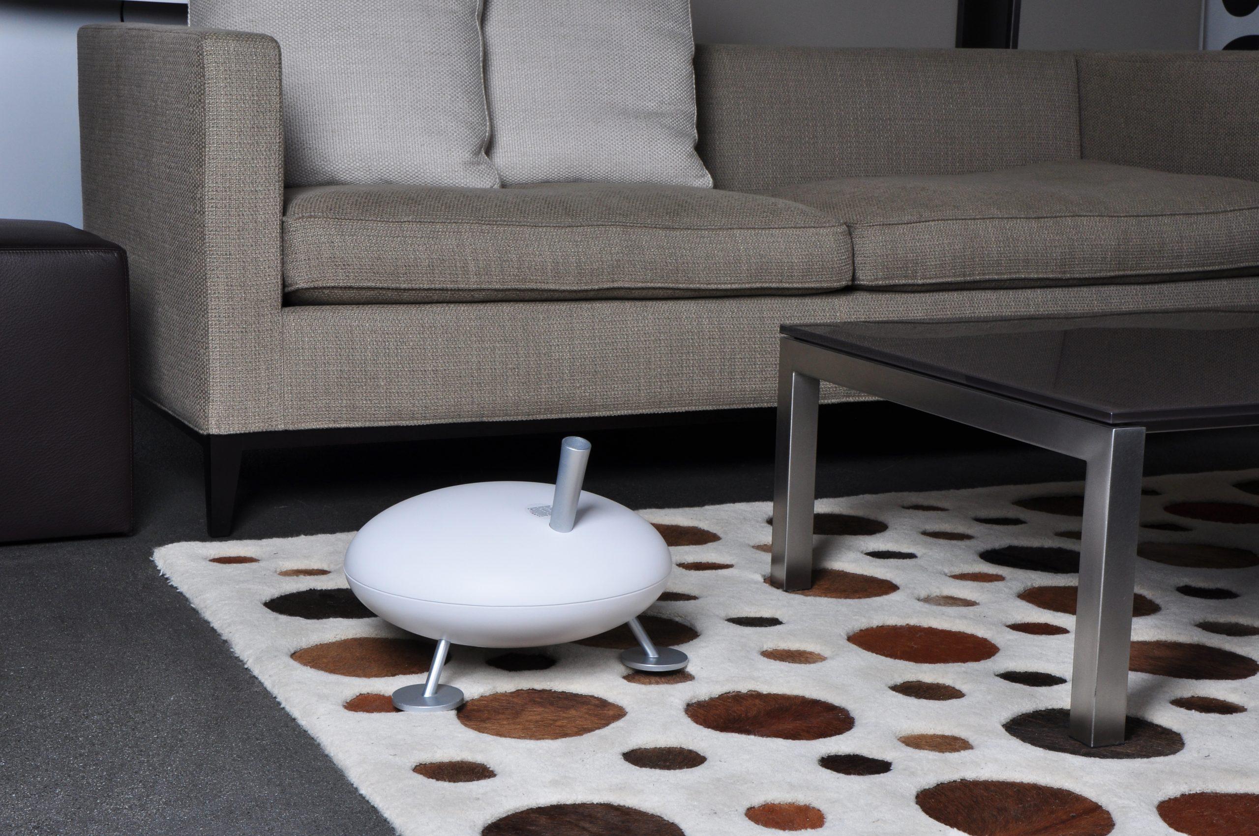 Паровой увлажнитель воздуха Stadler Form Fred White Белый F-008EH вид в интерьере с серым диваном