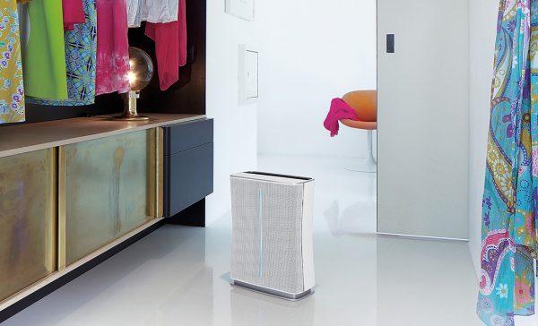 Очиститель воздуха Stadler Form Roger в интерьере гардеробная