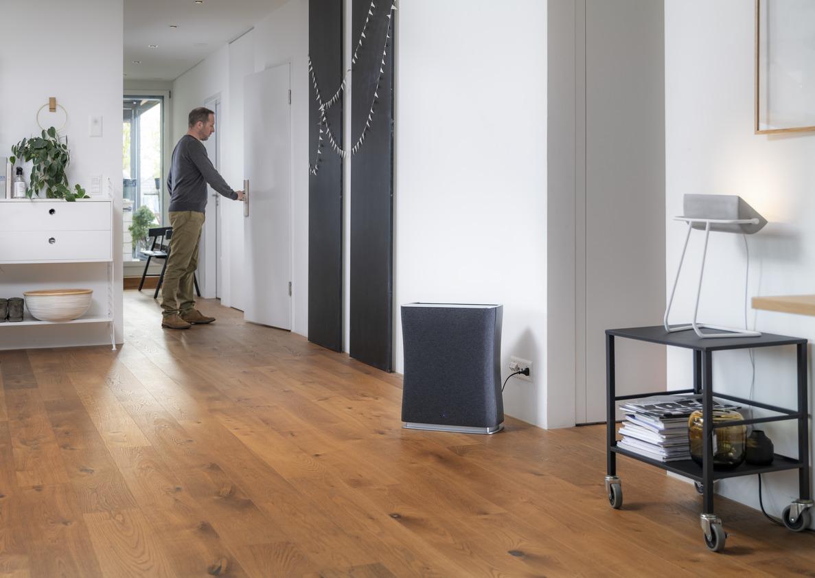 Очиститель воздуха Stadler Form Roger Black New лайфстайл в гостиной с мужчиной